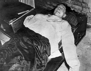 990px-Goering-corpse