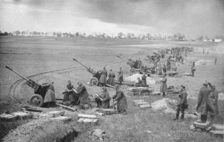 Bundesarchiv_Bild_183-E0406-0022-012,_Sowjetische_Artillerie_vor_Berlin.jpg