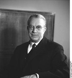 557px-Bundesarchiv_B_145_Bild-F015051-0008,_Hans_Globke